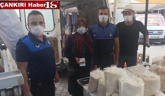 Çarşamba Pazarı'nda bulunan 744 TL, zabıta ekiplerince sahibine teslim edildi - Çankırı Belediye Haber18 - attorney at law ,boat yacht  wealth luxury