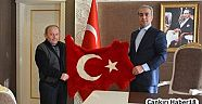 Çankırı - haber18 - Kaymakam Muhammed Gürbüz'e Deri Bayrak Hediye Etti - Ilgaz haberleri
